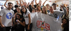Jovens comemoram aprovação do estatuto em uma Comissão do Senado (Foto: Ag. Senado)