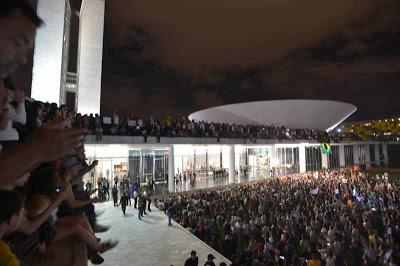 Povo ocupa o Palácio do Planalto em manifestação no dia 17/06 (Foto: Bol)