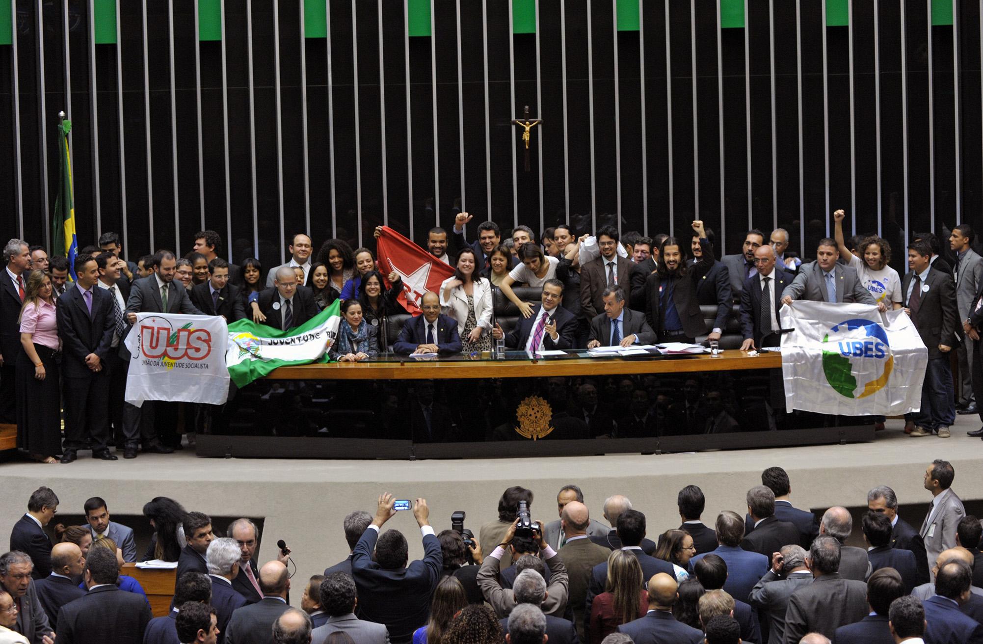 Jovens comemoram com Deputados a aprovação do Estatuto na Câmara (Foto: Luis Macedo/Câmara dos Deputados)