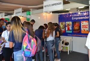 Feira de Estágios: Visitantes aprendem sobre exigências do mercado de trabalho e se cadastram para oportunidades.