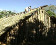 """Reforma de casa de reza Guarani mobiliza """"opcionistas"""" em vivência particular durante o Corpus Christi."""