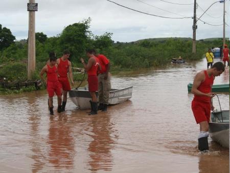 Voluntários ajudam desabrigados da chuva em Niterói – RJ