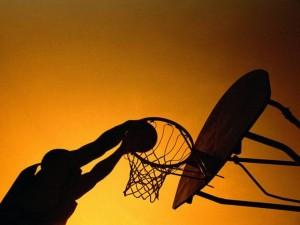Jovens usam quadra para praticar basquete nos Ipês