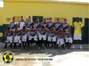 ONG incentiva a prática do futebol para impedir que jovens ingressem no alcoolismo