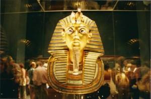 Jovens formam corrente humana para proteger Museu do Cairo