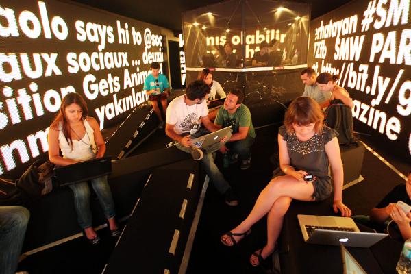 Evento internacional discute mudanças provocadas pelo relacionamento online