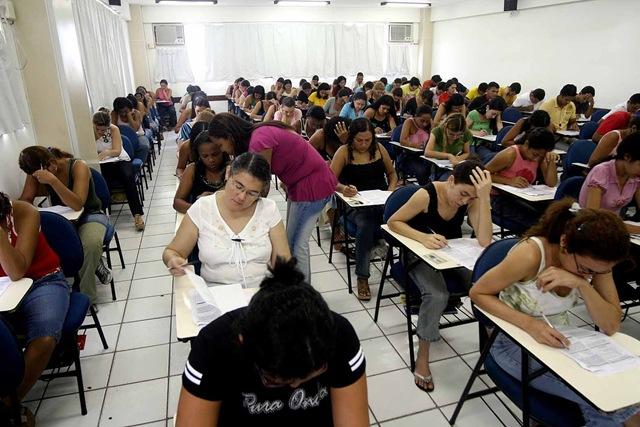 Jovens recém-formados buscam concursos públicos como alternativa para entrar no mercado de trabalho